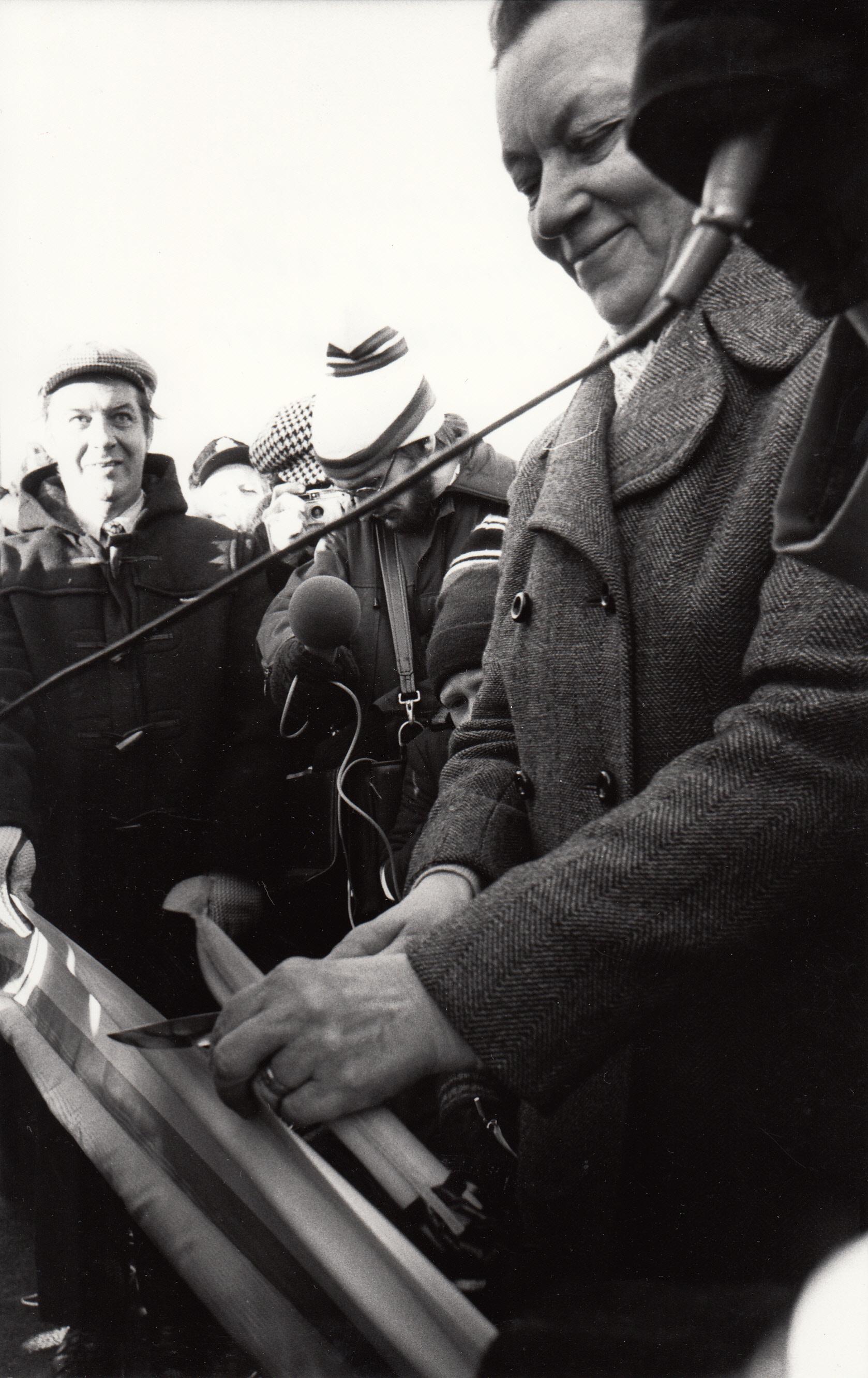 1978-10-28 Frida Lassinantti klipper bandet och öppnaar Seskaröbron. I bakgrunden vägdirektör Åström.