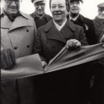 1978-10-28 Landshövding Ragnar Lassinantti och fru Frida klipper bandet och förklarar bron invigd.